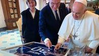 El primer ministro francés regala al papa la camiseta de Messi del PSG