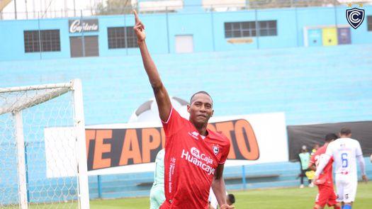 Abdiel Ayarza vuelve a brillar en el fútbol de Perú