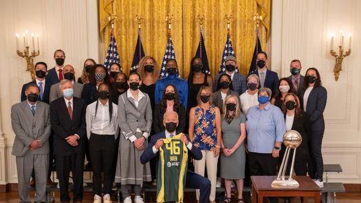 El presidente Biden recibe a las Seattle Storm como campeonas de la WNBA